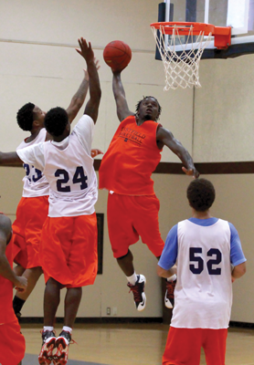 JONATHAN WENCES/THE ET CETERA De'vincent Brooks dunks the ball before his teammates during a practice game.
