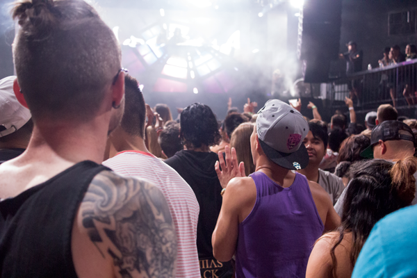 Rave-goers crowd the dance floor as they wait for the headliner. Jonathan Wences/The Et Cetera