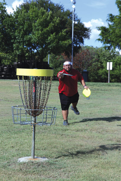 alejandra rosas/the etcetera Jonathan Estrada throws a disc toward the hole while practicingw at Debusk Park in Mesquite. Photo by Alejandra Rosas/The Et Cetera