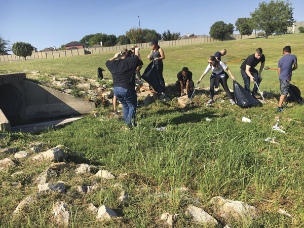 Students participate in a trash cleanup project in Mesquite. Photo by Albamar Dominguez/The Et cetera