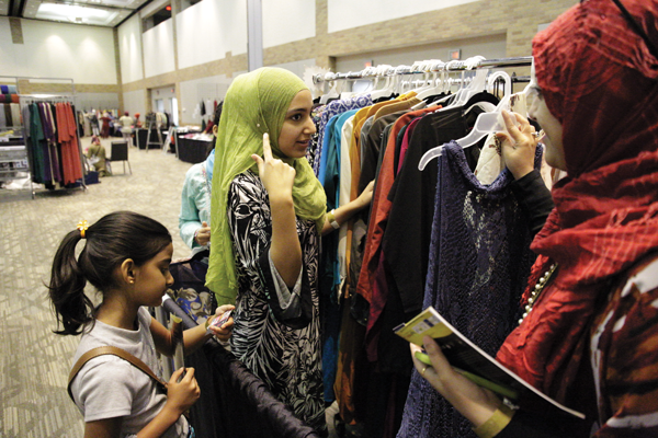 Ali shops for a hijab with her daughters. Photo by Alejandra Rosas.