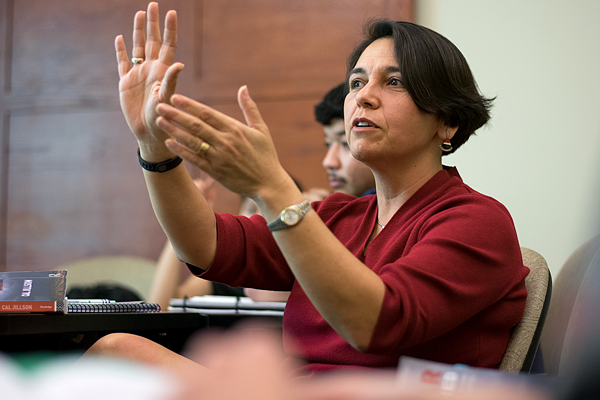 Professor Cindy Casteneda teaches her Texas government class. Photo by Andrew Gonzales.