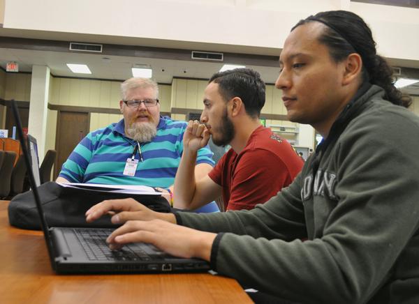 BRAULIO TELLEZ/THE ET CETERA Writing tutor Shayn Davenport helps engineering major Marco Martinez with his analysis essay.