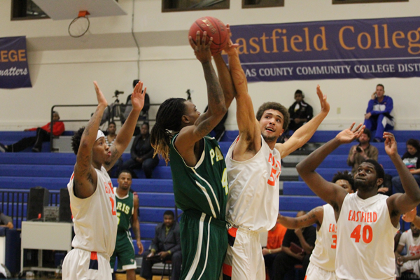 JONATHAN WENCES/THE ET CETERA The Harvesters lost their first game of the season to Paris Junior College on Nov. 25.