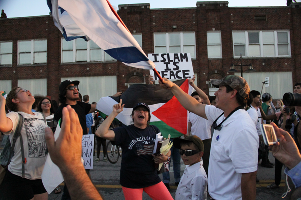 """James Hartley/The Et Cetera A pro-Israeli demonstrator clashes with pro-Palestinian protestor. As the majority of the crowd changes from chanting """"Dump Trump"""" and """"USA"""" to """"Viva la Palestine,"""" the Israeli demonstrators chant """"Viva la America, Viva la Israel."""""""