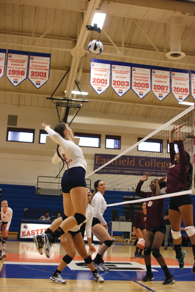 Isabel Espinoza/The Et Cetera Sammie Thoma leaps to spike the ball