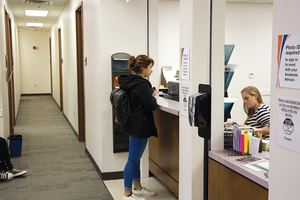 A student checks in for an advising appointment. Photo by Alejandra Rosas/The Et Cetera