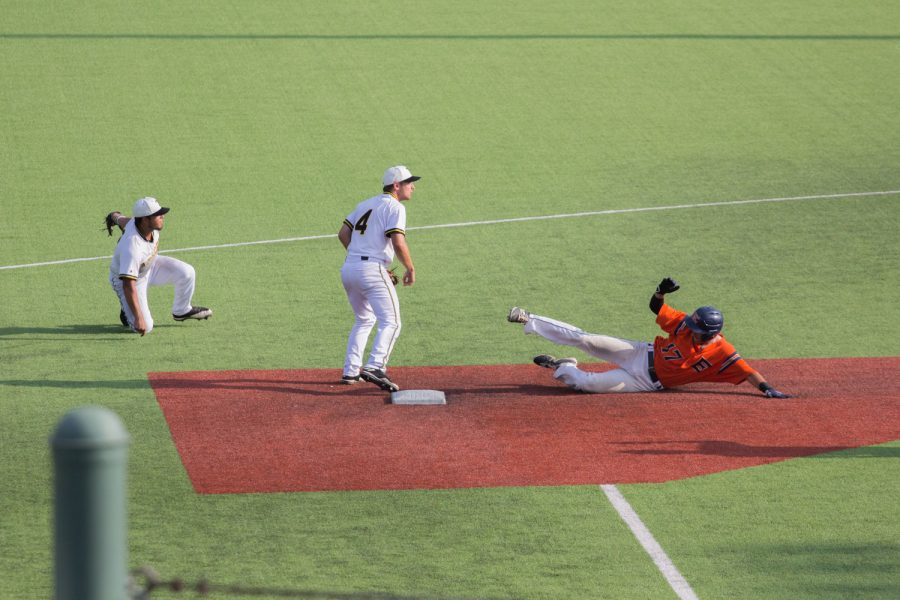 Isaac+Dominguez+slides+into+first+during+Game+7+of+the+National+Junior+College+Athletics+Association.+The+Harvesters+were+pounded+by+the+Apaches+9-2.+Photo+by+Lesley+Reyes%2FThe+Et+Cetera