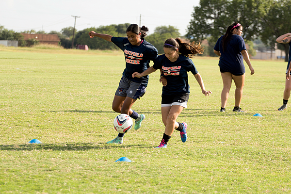 Gabriela Roa, left, and Vivian Aguayo fight for the ball during preseason practice on Aug. 9. Photo by Lesley Reyes/The Et Cetera