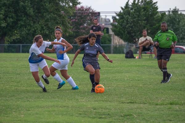 Emily Juarez advances the ball against Hill College. Photo by Jesus Ayala/The Et Cetera.