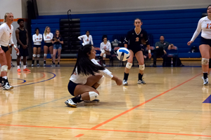 Maura Munoz gets low for a dig against Richland. Photo by Dan Luna/The Et Cetera.